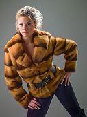 Menina com um casaco de peles