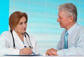 Agradável médico e seu paciente