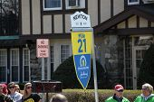 BOSTON - APRIL 18 Mile Marker 21 markiert das Ende der Schlaufe am HeartBreak Hill für den Boston-Marathon am 1