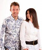 Cuadro aislado de una joven pareja riendo en un fondo blanco