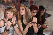 Weibliche Teen verstecken Telefon