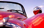 Velho carro vermelho clássico
