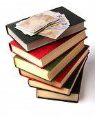 Dinero sobre la pila de libro.  Concepto de educación