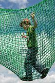 Criança em um parque infantil. Menino de cinco anos de idade, jogando em um campo de jogos.