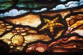 Detalhe de um vitral com uma cena de beira-mar.  De St. Paul na Igreja (1749), Halifax