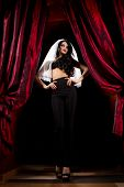 Halloween-Konzept: sexy Lady Vampir über roten Vorhang