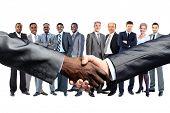 Empresario Americano africano saludando con caucásico