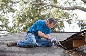 Hombre reparar fugas de techo