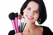 Mulher de artista de make-up jovem segurando escovas