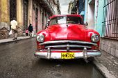 Havanna-NOVEMBER 28:Old klassische Buick in einem schäbigen Viertel November 28,2012 in Havana.Thousands o