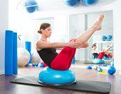 Bola BOSU para mulher de instrutor de fitness no ginásio de aeróbica