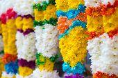 Guirlandas de flores coloridas indiano para as vendas durante festival de diwali