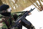 Soldat in Uniform mit Kalaschnikow